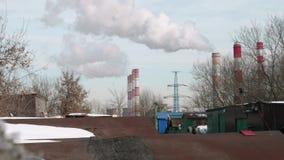 Fumo dai camini della pianta di riscaldamento centrale a Mosca con i cieli del bluew su fondo stock footage