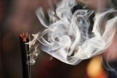 Fumo dal bastone di incenso Fotografie Stock Libere da Diritti