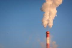 Fumo dal camino e dal cielo blu immagini stock libere da diritti