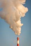 Fumo dal camino e dal cielo blu fotografia stock