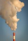 Fumo dal camino e dal cielo blu fotografie stock