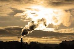 Fumo das tubulações e o sol Foto de Stock
