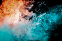 Fumo de fluxo em um fundo preto, cinzento, azul, vermelho imagens de stock