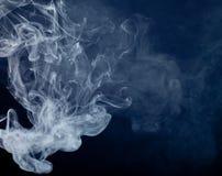 Fumo de um cigarro Fotos de Stock Royalty Free