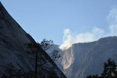 Fumo de um fogo no parque de Yosemite fotografia de stock royalty free