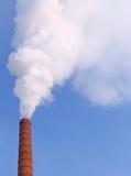 Fumo de uma tubulação na tarde do frio do inverno Fotografia de Stock Royalty Free
