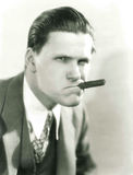 Fumo del sigaro con l'atteggiamento Immagine Stock