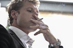 Fumo dell'uomo Fotografie Stock