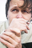 Fumo deprimido do homem Fotografia de Stock