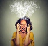 Fumo di grido del vapore della donna scocciata molto arrabbiata che esce su della testa Fotografia Stock