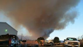 fumo di incendio violento dell'ampio schermo 16x9 nella contea di Ventura Male fumoso ai Fotografie Stock