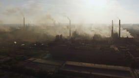 Fumo di industria della fabbrica d'acciaio al tramonto Siluetta dell'uomo Cowering di affari archivi video
