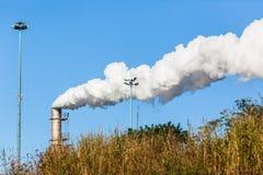 Fumo di produzione della pila del silo della fabbrica Fotografie Stock Libere da Diritti
