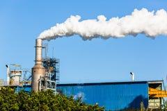 Fumo di produzione della pila del silo della fabbrica Immagine Stock