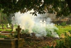 Fumo di scena di cremazione del cimitero in una porta fuori fotografie stock