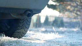 Fumo do carro de corrida da tubulação, aquecendo o carro no inverno vídeos de arquivo