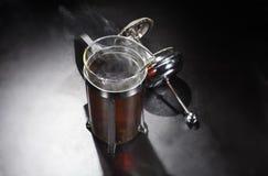 Fumo do chá quente na imprensa do chá fotos de stock royalty free