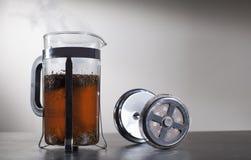 Fumo do chá quente na imprensa do chá fotos de stock