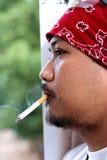 Fumo do homem Fotos de Stock Royalty Free