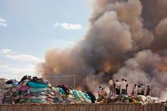 Fumo do incêndio do armazém da roupa Foto de Stock Royalty Free