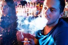 Fumo do indivíduo Fotos de Stock
