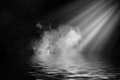 Fumo do projetor com reflexão na água A textura da névoa do mistério cobre o fundo ilustração do vetor
