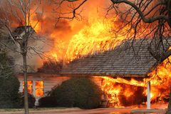 Fumo e fuoco, un tetto delle case in fiamme Fotografia Stock Libera da Diritti