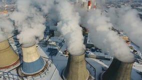 Fumo e vapore dalla centrale elettrica industriale Contaminazione, inquinamento, concetto di riscaldamento globale aereo video d archivio