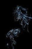Fumo em um fundo preto fotos de stock royalty free