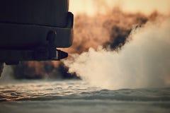 Fumo forte da exaustão que vem atrás do carro Foto de Stock