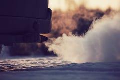 Fumo forte da exaustão que vem atrás do carro Fotografia de Stock