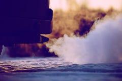 Fumo forte da exaustão que vem atrás do carro Imagens de Stock Royalty Free