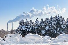 Fumo industrial das câmaras de ar na frente do céu azul Imagens de Stock Royalty Free