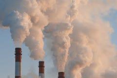 Fumo industriale dal camino immagine stock