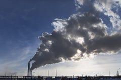 Fumo industriale dal camino su cielo blu Fotografia Stock Libera da Diritti