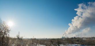Fumo industriale dal camino su ecologia del cielo blu immagini stock