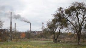Fumo industriale dalla macchina fotografica della centrale elettrica sul treppiede stock footage