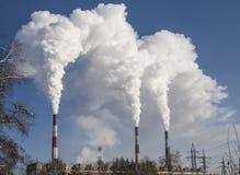 fumo industriale dei camini Cogenerazione Nuvole di fumo di inquinamento atmosferico che vengono dai camini Energia Immagine Stock