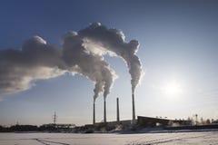 fumo industriale dei camini Cogenerazione Nuvole di fumo di inquinamento atmosferico che vengono dai camini Energia Immagini Stock