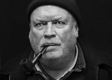 Fumo invecchiato centrale dell'uomo Fotografie Stock Libere da Diritti