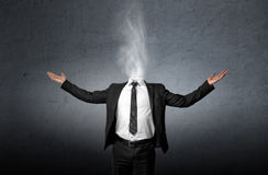 Fumo invece di una testa dell'uomo d'affari che ha alzato la sua palma delle mani su Immagini Stock