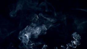 Fumo isolado em um fundo preto overlay video estoque