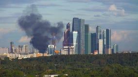 Fumo preto sobre a queimadura da construção residencial video estoque