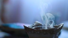Fumo que sai contra um fundo obscuro Imagens de Stock Royalty Free