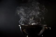 Fumo que vem de um fogo quente do assado fotos de stock