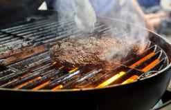 Fumo quente do bife do BBQ imagens de stock