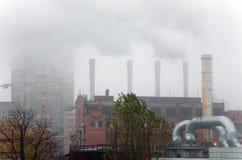 Fumo sob distritos residenciais Fotos de Stock Royalty Free