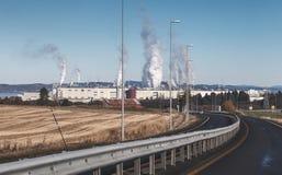 Fumo sopra la fabbrica dello stabilimento per la produzione di cellulosa Skogn, Norvegia Fotografie Stock Libere da Diritti