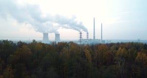 Fumo sopra la foresta e la centrale elettrica video d archivio