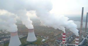 Fumo sopra la foresta e la centrale elettrica stock footage